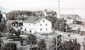 Bild ur boken. Sunds sågverk och det så kallade Kastellet till vänster om skorstenen. Bild från 1919. Bild: SCA:s bildarkiv