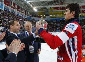 Boris Skrynnik tittar på när Sergej Lomanov tar emot bucklan efter att Ryssland vunnit VM-guld 2015. I fortsättningen ska VM spelas efter säsong, menar Skrynnik.