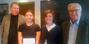Joakim Svedinger, till vänster, och Gunnar Björk delade ut Handelssocietetens stipendium till Tilda Fällgren och Alva Wennberg. Foto: Kerstin Monk