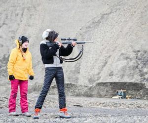 Den som ger sig in i Svalbards inland måste kunna hantera ett gevär. Att tvingas sitta isbjörnsvakt med skarpladdad bössa blev en av de kinesiska gästernas stora utmaningar när de kom till ön.