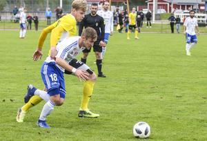 Jonas Karlsson med bollen i kamp med Filip Enarsson.