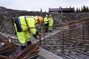 Armeringsjärn knyts ihop till ett av de 103 fundament som ska gjutas i vindparken. Det jobbet inleddes för drygt ett år sedan.