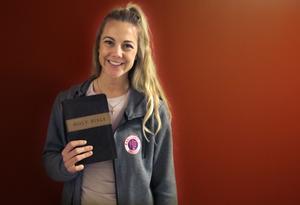 Kayla Braffet med sin bibel.