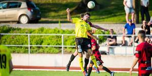 Rijad Babovic, Arboga Södra, gjorde två mål i avslutningsmatchen mot BK 30. Här är han i en nickduell från i somras i derbyt mot Köping FF.