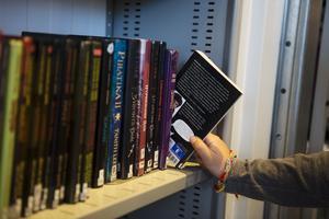 Biblioteket, är personalens arbetsplats och besökarnas andningshål, och där det bör var lugnt och stilla, skriver insändaren.