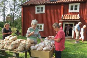 Försäljning av produkter från orten. Foto: Max Möllerfält