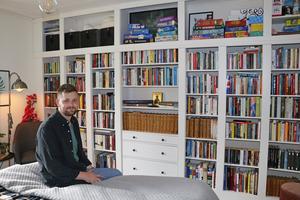 Vilhelm har platsbyggt bokhyllan i sovrummet med en Ikeahylla som bas.