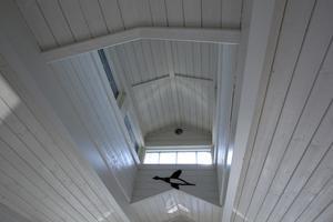 En Lanternin i taket ger huset karaktär och ett fint ljusinsläpp.