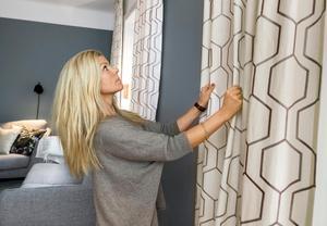 En mönstrad gardin kan fortfarande vara väldigt neutral och diskret, om mönstret är ton-i-ton med tyget eller i en närliggande nyans. Anna Broström hänger gardinerna rätt.Foto: Claudio Bresciani/TT