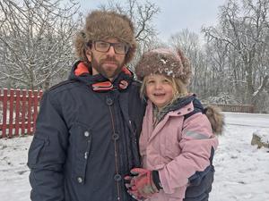 Jonas Henriksson med dottern Maja-Lee Karmgren tycker att det är bra att ombyggnaden av Skogsbacken dras tillbaka.