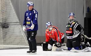 Villa Lidköpings två målvakter Jon Karlsson och Jesper Thimfors tillsammans med Johan Sixtensson.