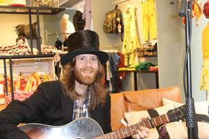 Gatumusikern Robert Hill sjöng inne på Natalie Store.