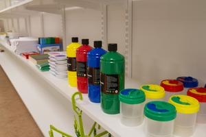 Mycket färger och tapeter som barnen kan pyssla med finns i den så kallade ateljén.