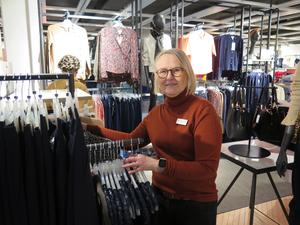 Ingrid Rehncrona på Lindex tycker att det är roligt att jobba under annandagen. Det är inte lika mycket folk som för tio år sedan men ändå en hel del som är ute för att fynda eller byta in julklappar.