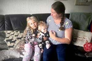 Maja till vänster på bilden vill följa med sina kompisar på från förskolan i Skönsberg till förskoleklassen. Men Sundsvalls kommun har sagt nej till skolskjuts. Det tycker mamma Jessica är galet. På bilden även Jessicas dotter Alice.