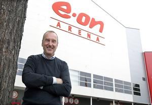 Tommy Andersson framför dåvarande Eon Arena under sin tid som ordförande i Timrå IK