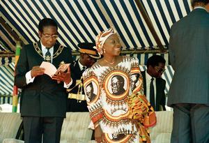 Robert och Sally Mugabe 1990 på tioårsfirandet av det självständiga Zimbabwe.Foto: AP
