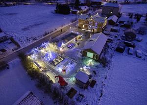 Nästan 70 000 lampor lyser upp på Urmakarvägen i Hamrångefjärden.