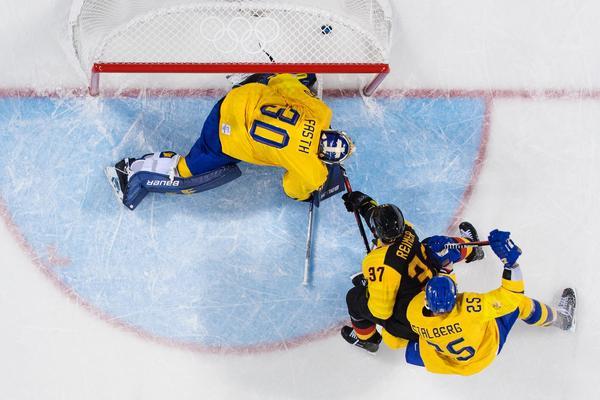 Tre Kronors OS tog slut i kvartsfinal mot Tyskland efter att Patrick Reimer forcerat in pucken i förlängningen bakom Viktor Fasth. Bild: Joel Marklund/Bildbyrån