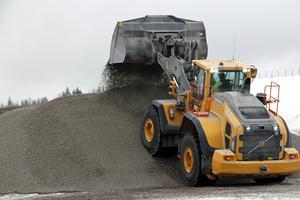 De olika grussorterna lagras i gigantiska högar, dit kundernas lastbilar sedan kommer och hämtar.