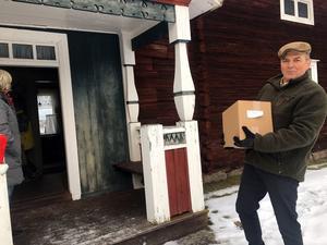Erik Gyllenvåg fick i brådrasket kasta sig i bilen för att hämta mer böcker.