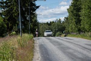 Vägen är krokig och kuperad, med en nästan obefintlig vägren.