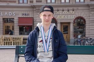 Efter debuten i Hockeyallsvenskan avslutade 17-åriga Elias Pettersson säsongen 2015/2016 med att ta silver i U18-VM. Foto: Alexander Nilsson