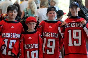 Lukas, Simon, Charlie och Joel var några av alla lyckliga som fick en autograf av Bäckis.
