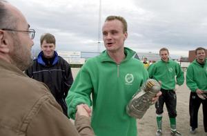 Essvik vann cupen efter final mot Kuben 2000. Alf Lindholm tar emot pokalen. Foto: Niklas Modig/ST arkiv