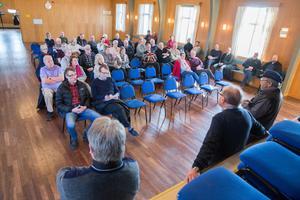 50-talet intresserade samlades i Munktorps kommunalhus efter domen som gav Köpings kommun rätt att dra sjöförlagda VA-ledningar.