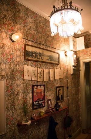 I hallen har de tapetserat en storblommig tapet av William Morris.