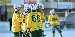 LBK gick ifrån till en 3–0-ledning, genom mål av Joel Wilhelmsson och Mattias Blom, den sistnämnda klappas om på bilden.