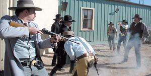 Att bekämpa gängkriminalitet är betydligt mer odramatiskt än detta. Bilden är från inspelningen av en film om cheriffen Wyatt Earp.