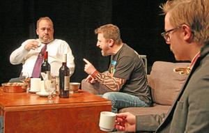 Jimmy Heimersson (Dennis), Clas Lindgren (Tommy) och Anton Elg Tyskling (John) i en något uppjagat scen i teaterns andra akt.