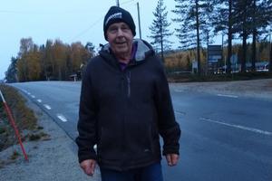 Anders Bergfeldt vid vägen i Myckelgensjö där han önskar att bilisterna sänkte farten.