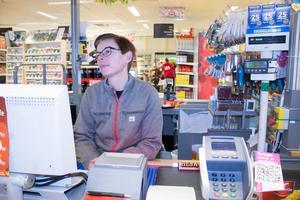 Linda Karlsson var med när Icabutiken blev helt mörklagd under flera dygn efter stormen Alfrida.