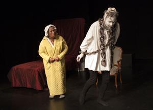 Miss Scrooges (Annika Hedlund) döde kompanjon Jacob Marley (Martin Anngård) går igen och varnar henne för hur hennes snålhet och girighet kommer drabba henne efter döden.