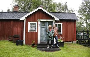 Helena och Per-Olov Hammarström utanför sitt sommarparadis i den lilla byn Färdsjö.