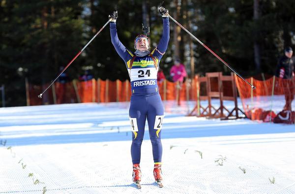 Alva Sköld skär mållinjen efter sprintsegern i D16-17.
