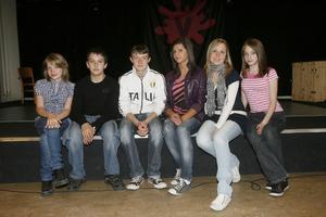 De sex ungdomarna från staden Szigethalom i Ungern trivdes på Verkstäderna. På kvällen bjöd de på en dans- och musikuppvisning.