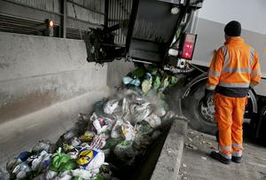 Debattörerna skriver om att det kan finnas smartare sätt att sortera avfall än de som används i dag.