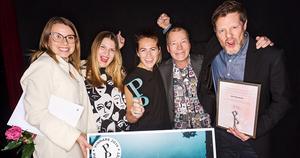 Frida Ågren, Emma Thordin och Charlotte Frandell från Oh My tillsammans med Lars Kågström och Tomas Wahlund från Härnösands kommuns kommunikationsavdelning firade vinsten. Pressfoto: Stina Stjernkvist.