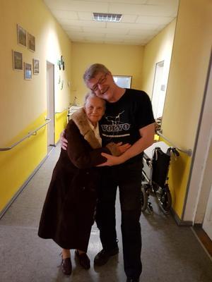 En gammal dam på ålderdomshemmet Urga i Lettland blev så glad när hon fick en varm och skön vinterkappa. Foto: Privat