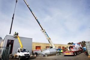 Under onsdagen monterades en fjärrvärmepanna på 7,5 ton upp i det som kommer bli gymnasiets fjärrvärmeanläggning.