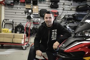 Andreas Ljungberg firar tio år som försäljare av skotrar och fyrhjulingar.