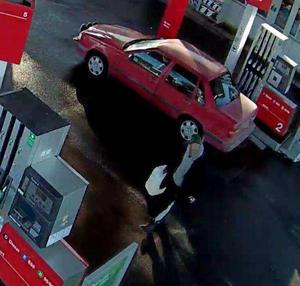 Den 23 mars fyller en person en dunk med bensin vid en mack i Gävleborg.
