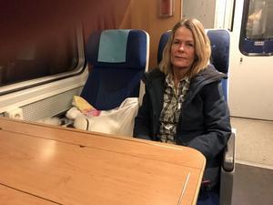 Katarina Holmström,  Plintsberg, nära Tällberg, Leksand, har pendlat i 13 år. Nu funderar på andra lösningar eftersom det föreslås att länskortet måste kompletteras med till SJ tåg-tillägg om 500 kronor i månaden.