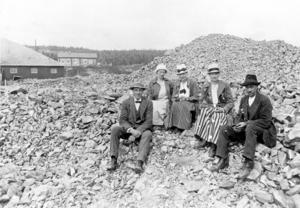 Bilden visar en bild från Gruvområdet tagen 1914 vid början av Amerika-perioden. Männen på bilden är gruvfogden Leonard Rolén härstammande från Resele, Y län, samt Johan Berggren från Såå, Björnänge som körde gruvspelet. Damerna okända. I bakgrunden huset som blev Raststugan och närmast den av amerikanerna då nybyggda Gruvvinden, dit malmvagnarna spelades upp med wire och vinsch.   Foto: Nils Thomasson , Jämtlands Läns Museum.