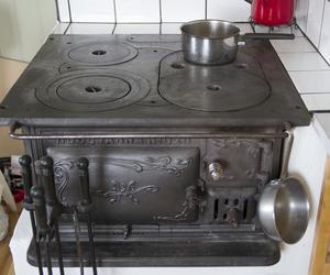 I köket eldar de i en vedspis. Vatten finns i en av stugorna, men paret planerar att dra en ytterligare vattenledning.