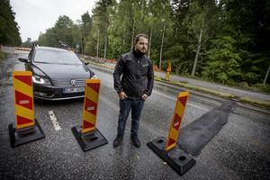 Sebastian Sardar visar de nyasfalterade tillfälliga vägbulorna på Blåbärsvägen i Vivalla.